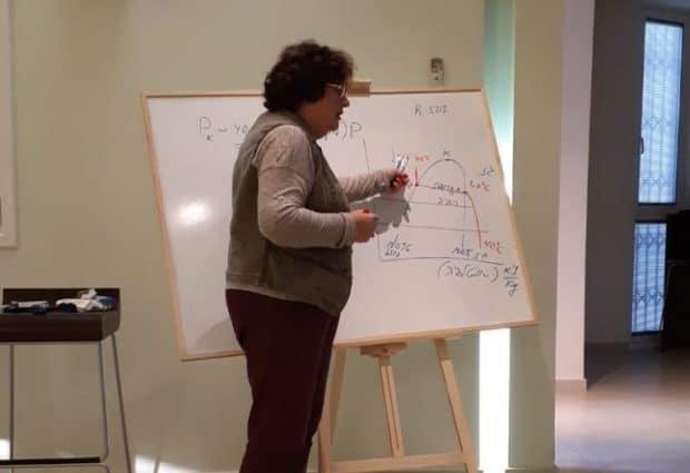 בתמונה – אליזבט צבליחובסקי בעלת תואר שני בהנדסה בהתמחות במערכות קירור. בעלת ניסיון של מעל 25 שנה בהוראת קירור תעשייתי.